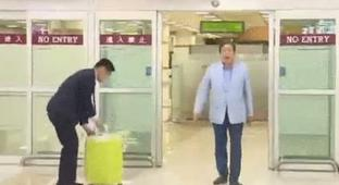 South Korean Politician Rolls Into The Airport Like He's A Rockstar