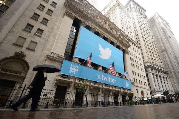 Imagen: Una bandera con el logotipo de Twitter se encuentra en la parte frontal de la Bolsa de Valores de Nueva York (NYSE) el 7 de noviembre de 2013 en Nueva York.