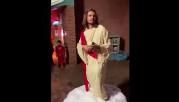 Man Dressed As Jesus For Halloween Hands Out Bread To The Homeless, Explains Costume