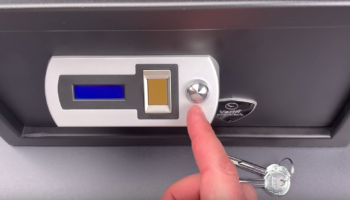 Lock Picker Opens A $300 Fingerprint Safe With A Jiggle