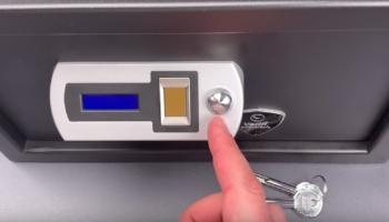 Lock Picker Opens A $300 Fingerprint Safe With A Jiggle