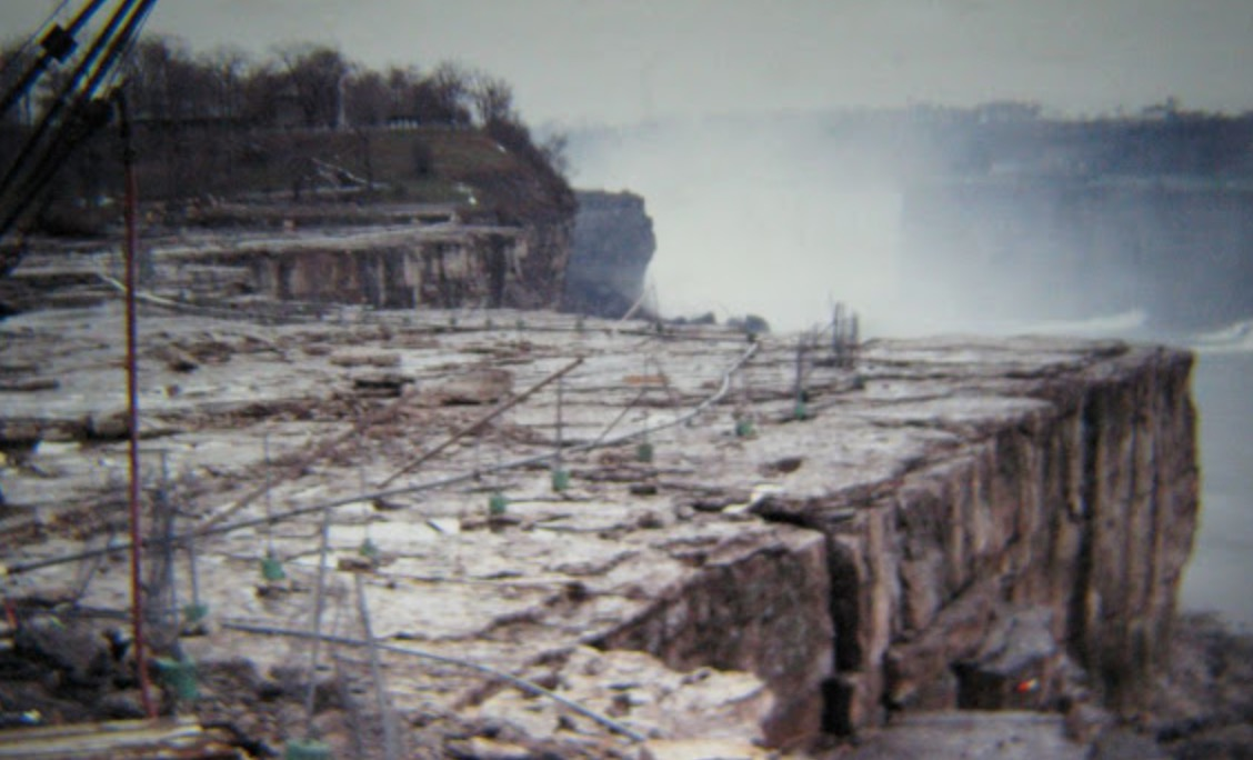 The Moment The Niagara Falls Ran Dry in 1969, In Photos