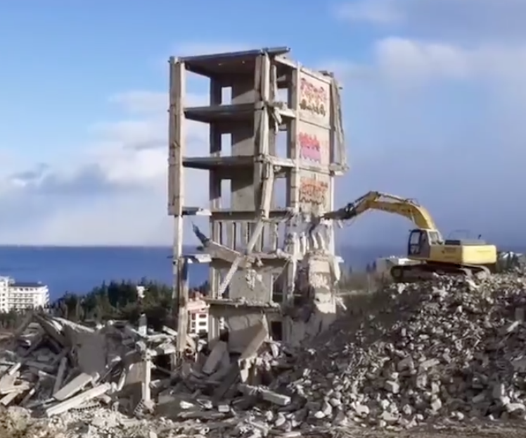 This Excavator Failing At Demolishing A Building Is Like A Jenga Game Gone Horribly Wrong