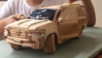 Extremely Patient Artisan Carves A Toyota Land Cruiser Masterfully Out Of Wood