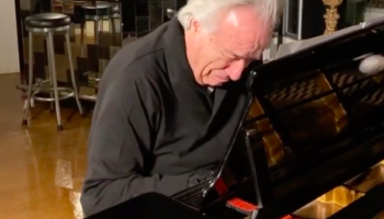 Brazilian Pianist Who Hasn't Been Able To Play Piano For 20 Years Has Emotional Reaction After He's Finally Able To Play Again